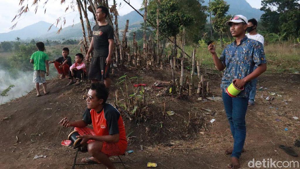 Serunya Main Layangan di Tebing Cibiru Bandung