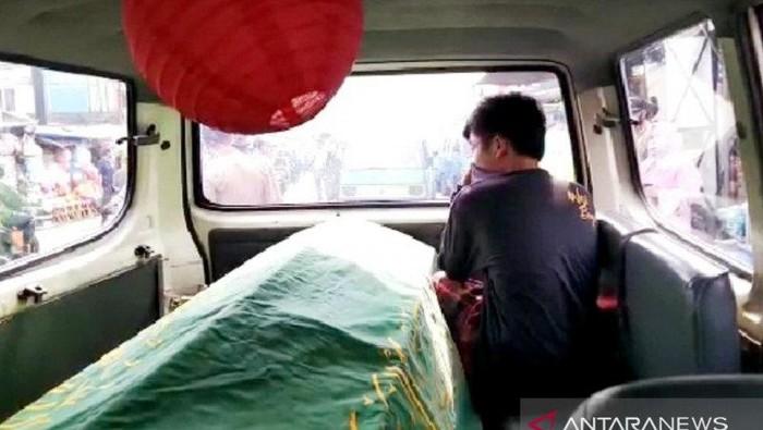 Warga Parung, Bogor dihukum masuk ambulans berisi keranda mayat (Dok. Antara)