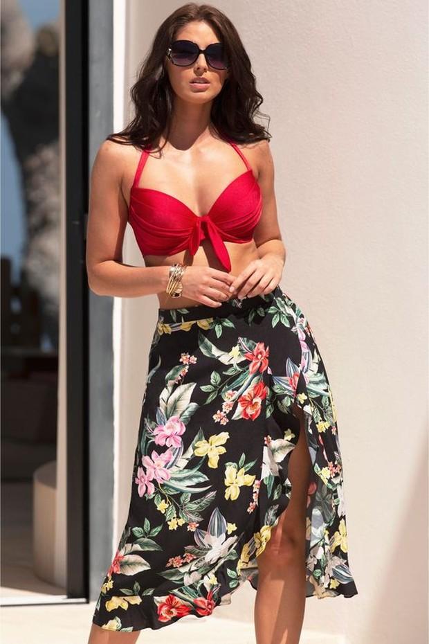Wrap skirt hanya perlu diikat atau dirisleting dan menjadi pilihan serbaguna.
