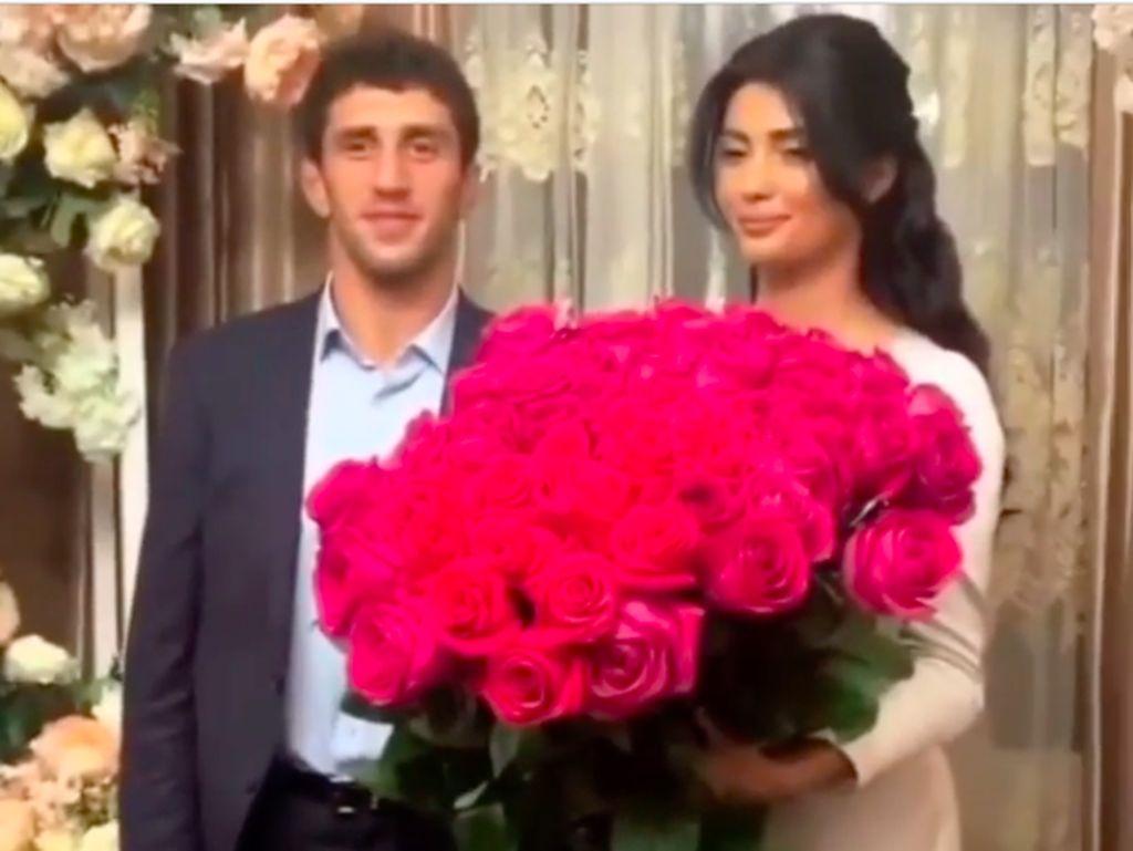 Foto Pernikahan Pegulat yang Berakhir Ngenes karena Video Panas Istri Viral