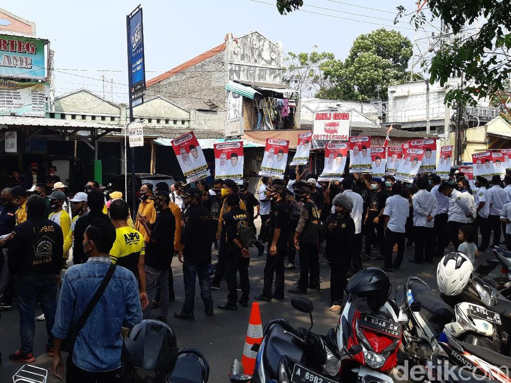 Daftar ke KPU Kabupaten Serang, Ratu Tatu Bawa Massa Pendekar