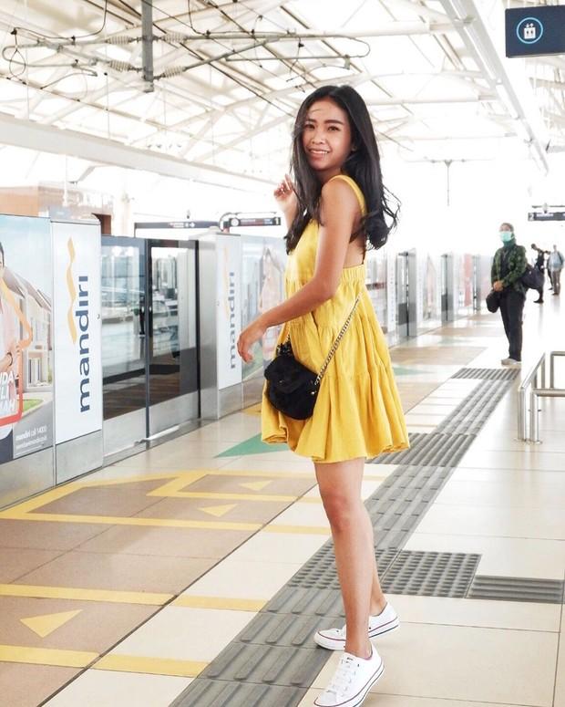 kenakan mini dress polos bisa membantu tubuh mungul terlihat lebih menawan