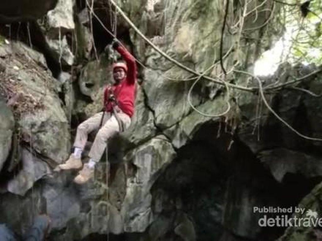 Menuruni Gua Semprong Kalsel, Dalamnya 30 Meter