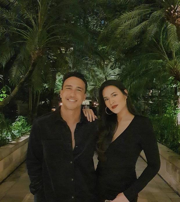 Kali ini Raisa dan Hamish terlihat sama-sama mengenakan baju berwarna hitam.