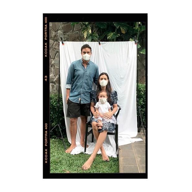 sesi foto keluarga yang sederhana namun penuh kehangatan