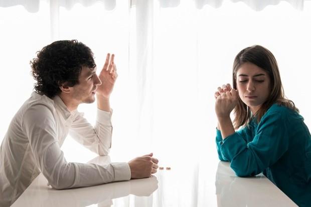 Jika orang itu memiliki temperamen yang pendek atau sangat emosional, mungkin yang terbaik adalah menuliskan perasaanmu dan mengirimkannya melalui pesan singkat.