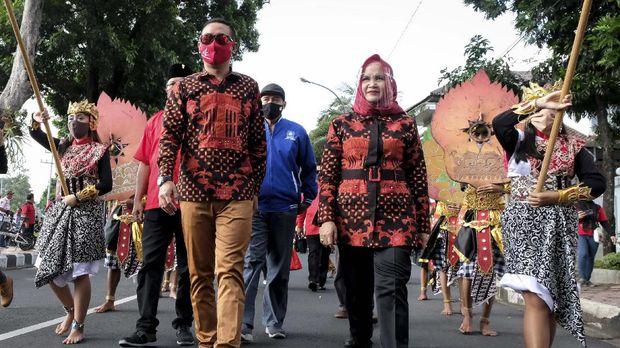 Pasangan bakal calon Wali Kota dan Wakil Wali Kota Magelang Aji Setyawan (kedua kiri) dan Windarti Agustina (kedua kanan) berjalan untuk mendaftar ke kantor KPU Kota Magelang, Jawa Tengah, Jumat (4/9/2020). Aji Setyawan adalah anak Wali Kota Magelang dan Windarti Agustina adalah wakil Wali Kota Magelang maju pada Pilkada Kota Magelang 2020 dengan didukung oleh PDI Perjuangan, Partai Hanura, Partai Gerindra, Partai NasDem, PAN, PPP dan Partai Perindo. ANTARA FOTO/Anis Efizudin/wsj.