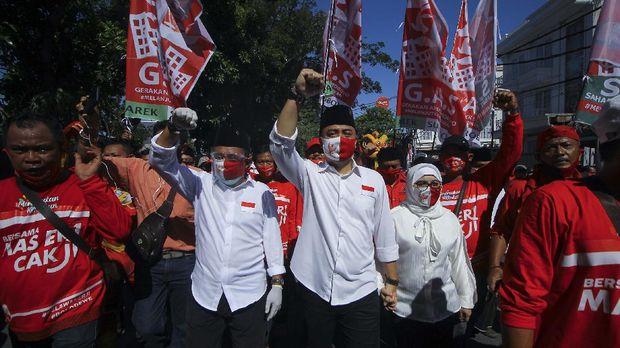Pasangan bakal calon Wali Kota dan Wakil Wali Kota Surabaya, Eri Cahyadi (tengah) dan Armuji (kedua kiri) berjalan menuju kantor KPU Surabaya untuk pendaftaran calon kepala daerah di Surabaya, Jawa Timur, Jumat (4/9/2020). Pasangan Eri Cahyadi dan Armuji maju pada bursa Pilkada Surabaya 2020 diusung PDI Perjuangan, PSI serta enam partai nonparlemen yakni Partai Hanura, PBB, Partai Berkarya, Partai Garuda, PKPI dan Perindo. ANTARA FOTO/Moch Asim/wsj.