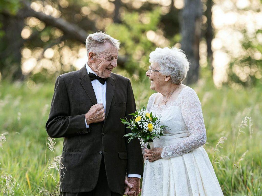 So Sweet, Pasangan Lansia Pemotretan Pakai Baju Pengantin dari 60 Tahun Lalu
