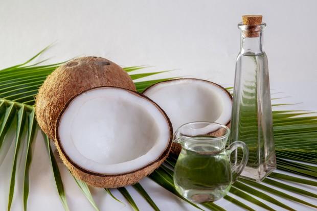 Minyak kelapa dapat mengatasi masalah rambut.