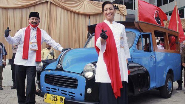 Pasangan bakal calon Wali Kota dan Wakil Wali Kota Tangerang Selatan, Muhamad (kiri) dan Rahayu Saraswati (kanan) berfoto bersama usai menyerahkan berkas pendaftaran ke Komisi Pemilihan Umum (KPU) Tangerang Selatan di Setu, Tangerang Selatan, Banten, Jumat (4/9/2020). Pasangan Muhamad dan Rahayu Saraswati yang diusung PDI Perjuangan, Partai Gerindra, PSI, PAN dan Partai Hanura resmi mendaftarkan diri sebagai kontestan pada Pemilihan Kepala Daerah (Pilkada) Kota Tangerang Selatan tahun 2020. ANTARA FOTO/Muhammad Iqbal/wsj.