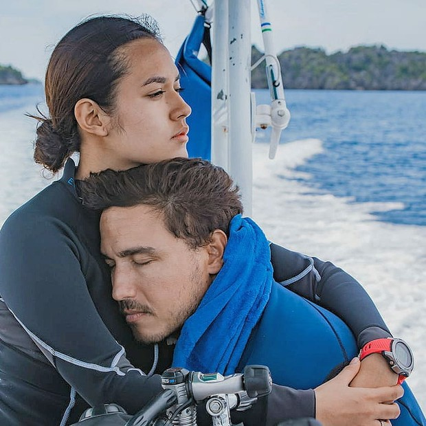 Hamish terlihat memjamkan mata sementara Raisa terlihat memeluk erat sang suami.