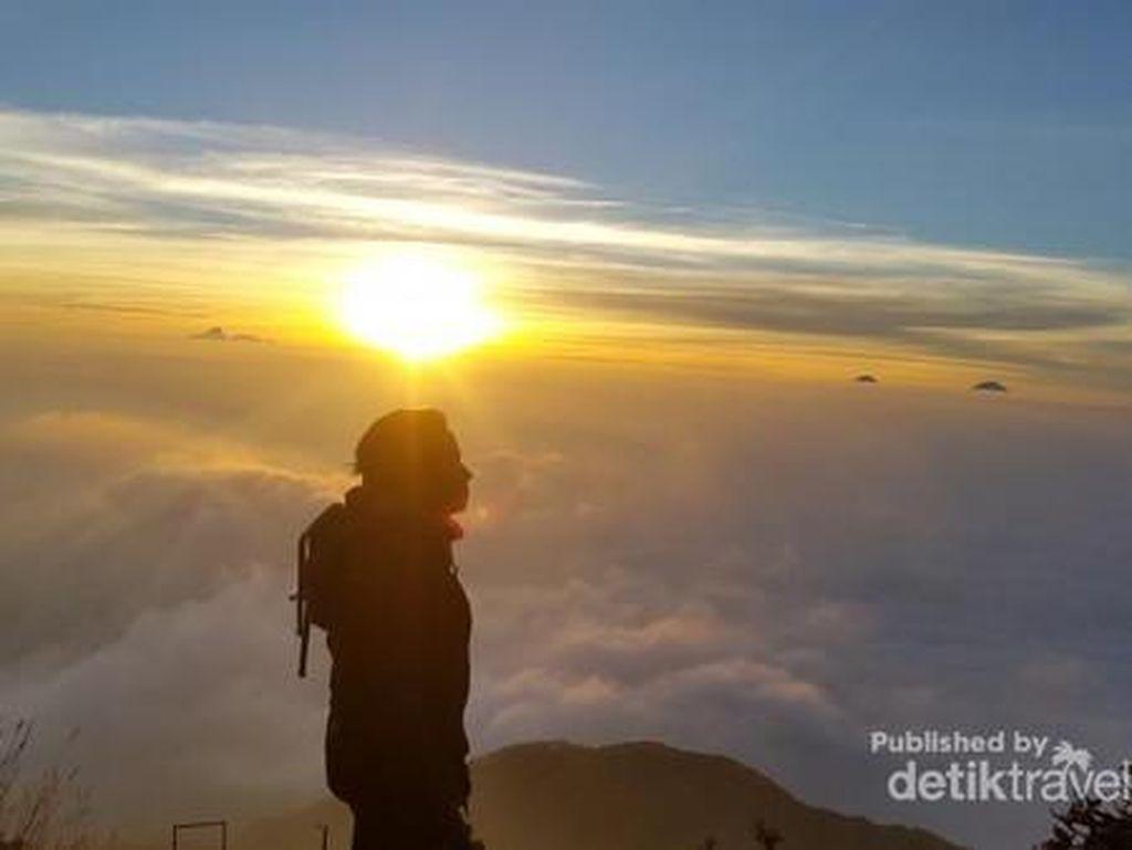 Syahdunya Sunrise Gunung Slamet via Bambangan
