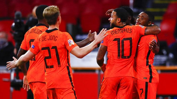Netherlands Steven Bergwijn, right, is congratulated by teammates after scoring his teams first goal during the UEFA Nations League soccer match between the Netherlands and Poland in the Johan Cruyff ArenA in Amsterdam, Netherlands, Friday, Sept. 4, 2020. (AP Photo/Peter Dejong)