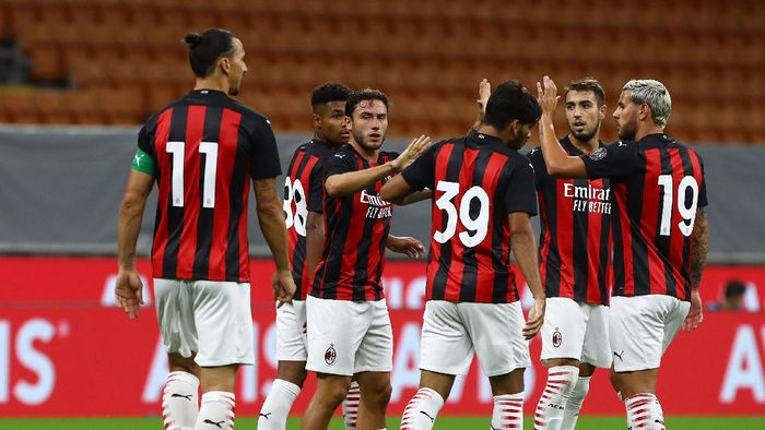 MILAN, ITALY - SEPTEMBER 05:  Davide Calabria (2nd L) of AC Milan celebrates after scoring the opening goal during the pre-season friendly match between AC Milan and Monza at Stadio Giuseppe Meazza on September 5, 2020 in Milan, Italy.  (Photo by Marco Luzzani/Getty Images)