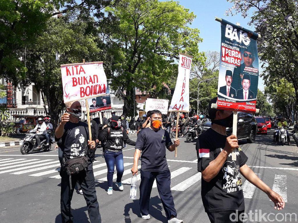 Daftar Pilkada Solo, Pendukung Bajo Bawa Poster Kami Bukan Boneka
