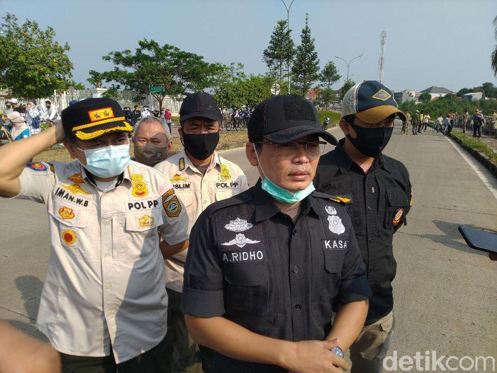 Penjelasan Satpol PP Bogor Hukum Pelanggar Masker Ditandu-Bersihkan Makam