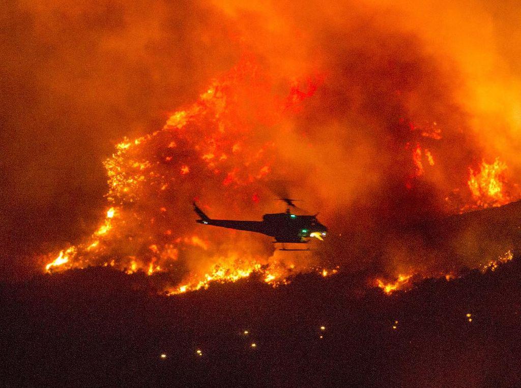 Detik-detik Ratusan Orang Dievakuasi dari Kebakaran Hutan California
