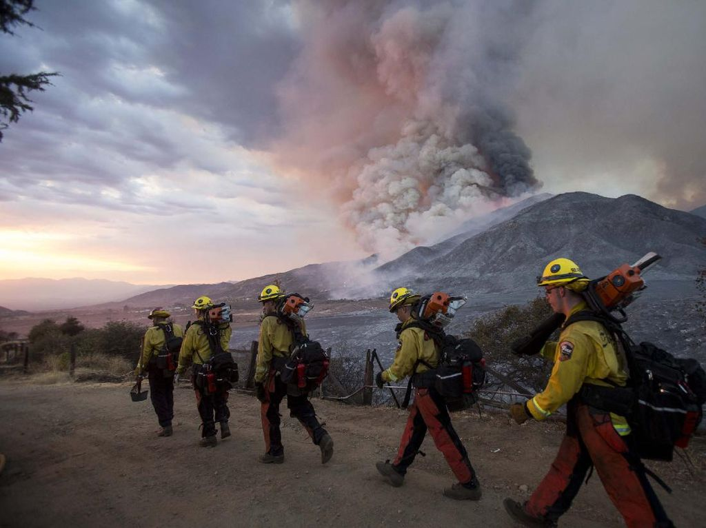 Melihat Aksi Petugas Pemadam di Kebakaran Hutan California