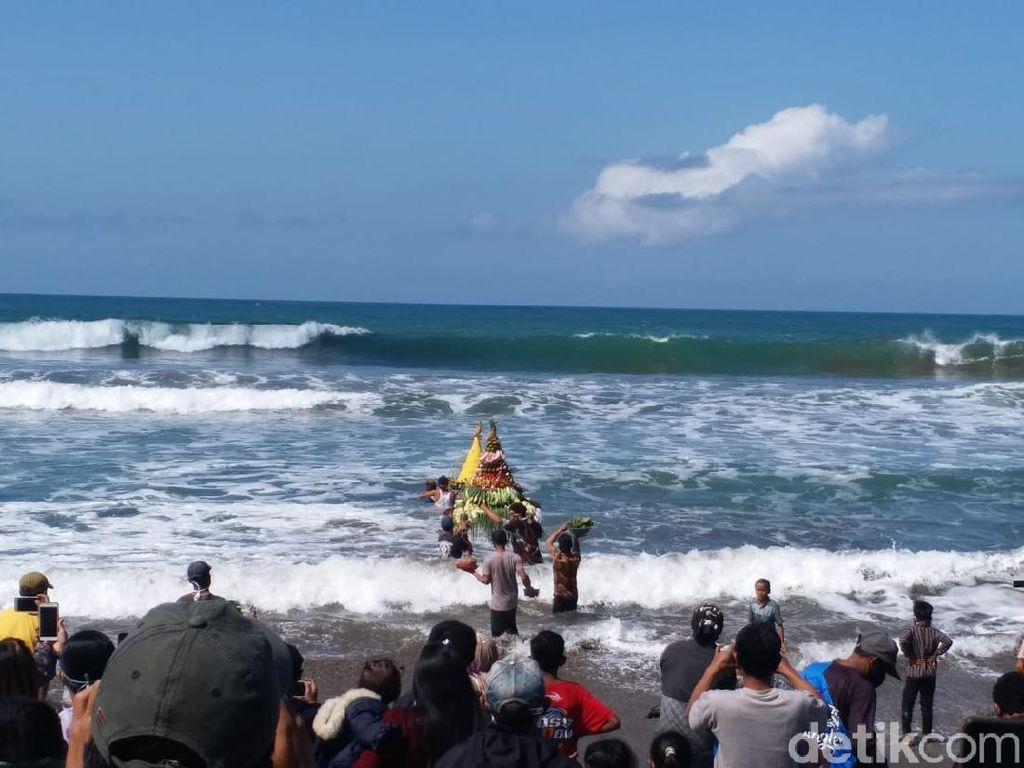 Petik Laut Pantai Jolosutro, Warga Terjang Ombak Larung 2 Gunungan Tumpeng