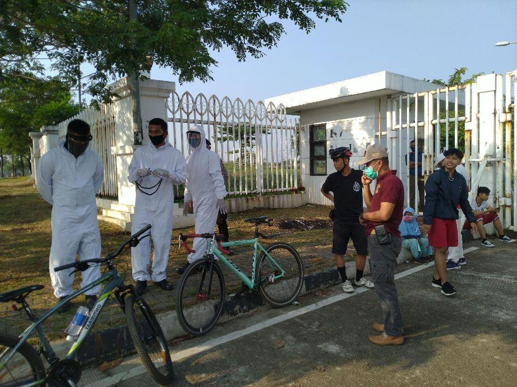 Pakai Hazmat, Satpol PP Razia Warga Tak Bermasker di Stadion Pakansari Bogor
