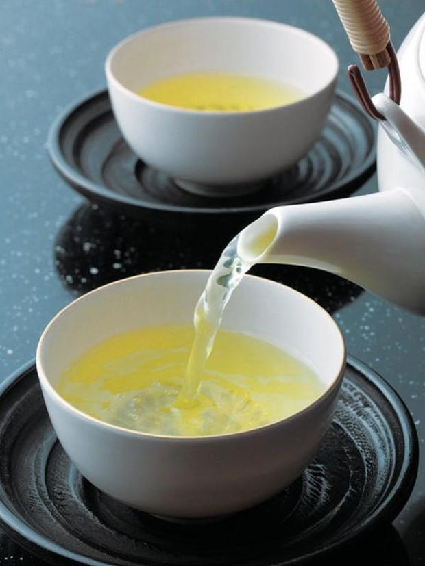 Kamu bisa memanfaatkan khasiat teh putih untuk membakar lemak dan menurunkan berat badan secara alami. Jenis teh ini memiliki banyak khasiat yang sangat baik untuk kesehatan tubuh.