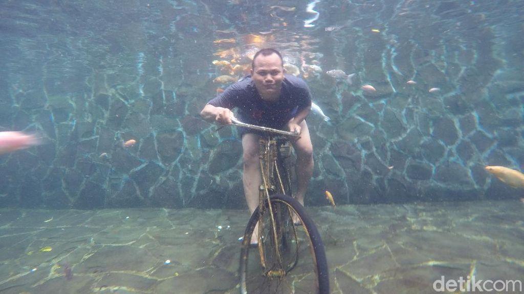Pemandian yang Bikin Awet Muda, Bisa Foto Underwater Juga Lho!