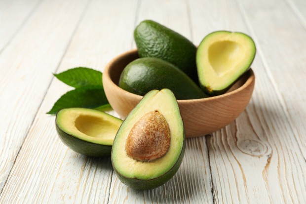 kandungan vitamin A, vitamin E, asam lemak omega, dan berbagai nutrisi lainnya yang dapat mempercepat proses penyembuhan tumit pecah-pecah.