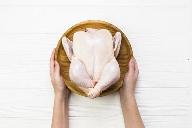 Daging ayam yang masih segar memiliki warna putih dengan semburat merah muda.
