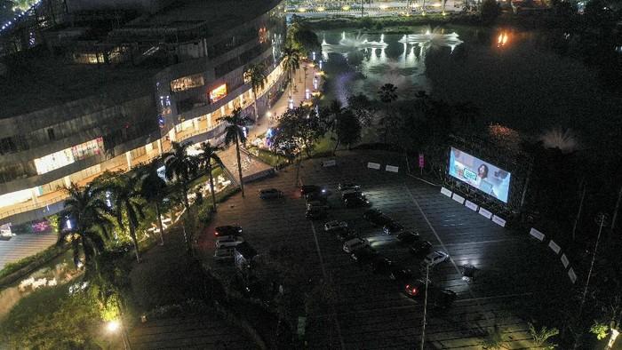 Pengunjung berada di dalam mobil saat menyaksikan film di Skylight Cinema, Senayan Park, Jakarta, Minggu (6/9/2020). Cinema drive-in dihadirkan untuk memenuhi keinginan masyarakat yang ingin menyaksikan pertunjukan film pada saat pandemi COVID-19. ANTARA FOTO/Hafidz Mubarak A/aww.
