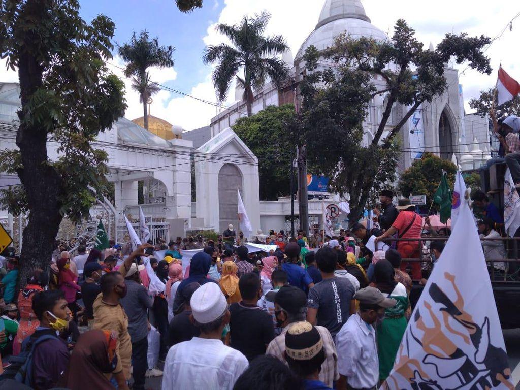 Massa Aliansi Masyarakat Adat Demo di Depan Kantor Gubsu, Lalin Dialihkan