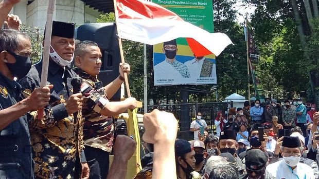 Mantan Panglima TNI Jenderal (Purn) Gatot Nurmantyo mendatangi aksi massa simpatisan Koalisi Aksi Menyelamatkan Indonesia (KAMI) di depan Gedung Sate, Kota Bandung, Senin (7/9). Aksi simpatisan KAMI dilakukan terkait rencana deklarasi KAMI Jawa Barat yang tak kunjung mendapatkan izin keramaian.