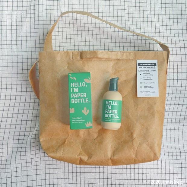 Kemasan Innisfree Green Tea Seed Serum bagian luar terbuat dari cetakan kertas dan bagian dalam dari plastik dengan formula lebih ringan demi melindungi kandungan skincare.
