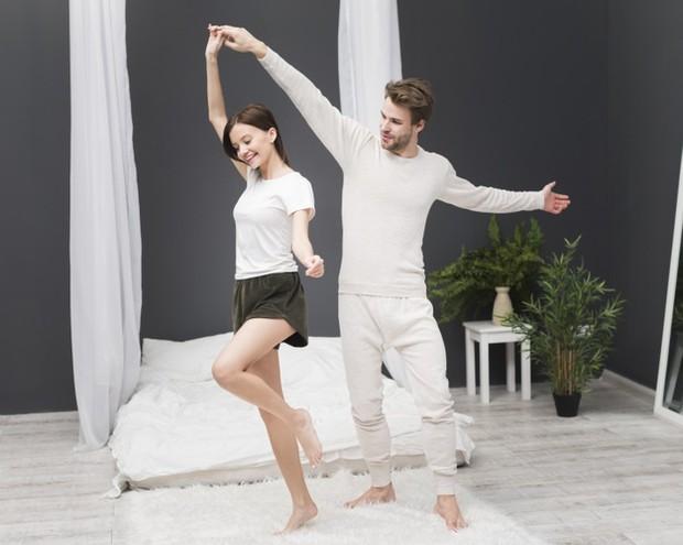 Sepasang kekasih sedang menikmati serunya dansa bersama