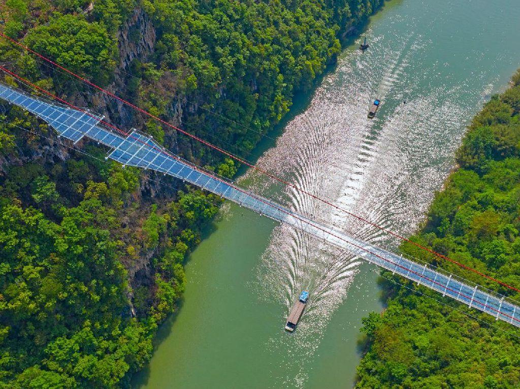 China Punya Jembatan Kaca Terpanjang di Dunia