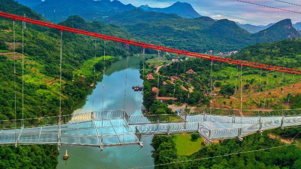 Potret Jembatan Kaca Terpanjang di Dunia, Menggantung di Atas Sungai