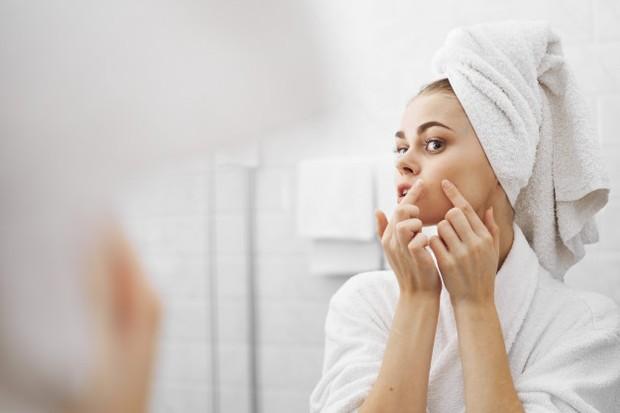 Jerawat vulgaris adalah jenis yang paling rutin muncul di kulit. Jika kamu sering beraktivitas di luar, maka kemungkinan besar jerawat ini akan muncul.