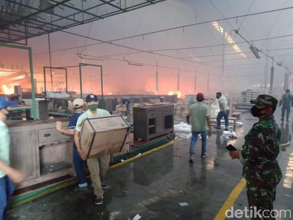 5 Ledakan Warnai Kebakaran Pabrik Mebel di Mojokerto