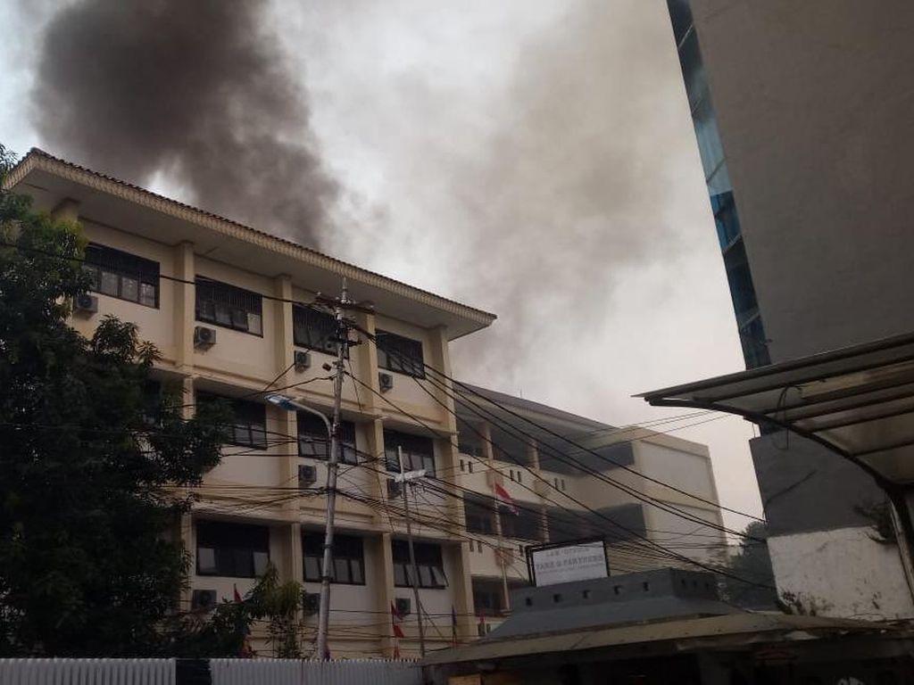 Melihat Proses Pendinginan Usai Kebakaran di Jatinegara