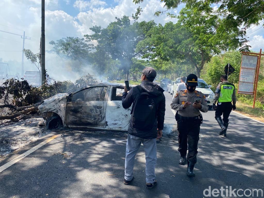 Tabrak Pohon, Mobil LCGC Hangus Terbakar di Akses Menuju Suramadu