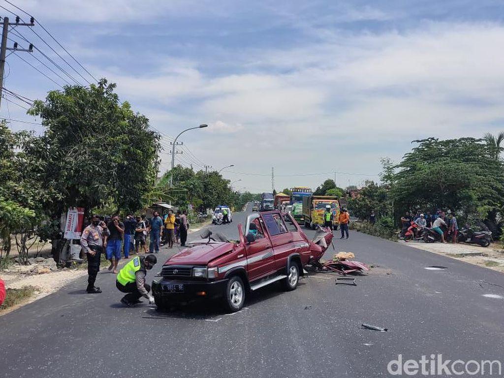 MPV Tabrak Truk di Tuban, 6 Orang Tewas