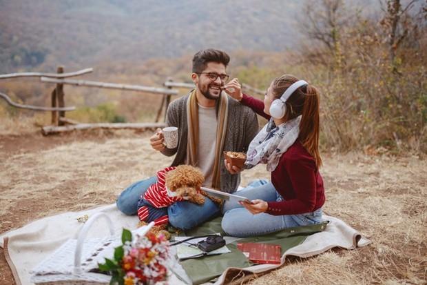 Pasangan sedang menikmati kencannya di atas bukit