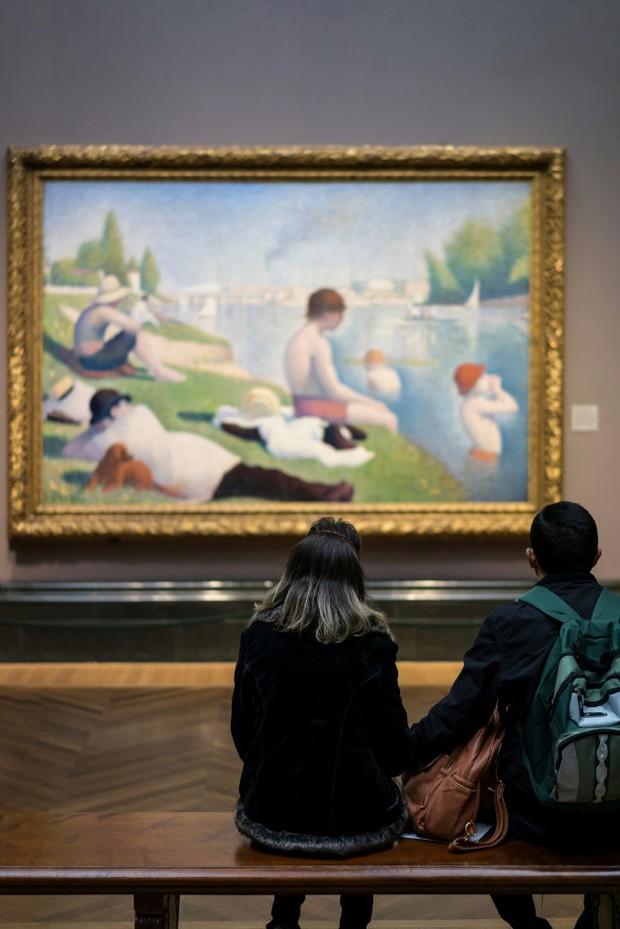 Menghabiskan waktu luang untuk melihat-lihat pameran seni di museum juga menyenangkan,