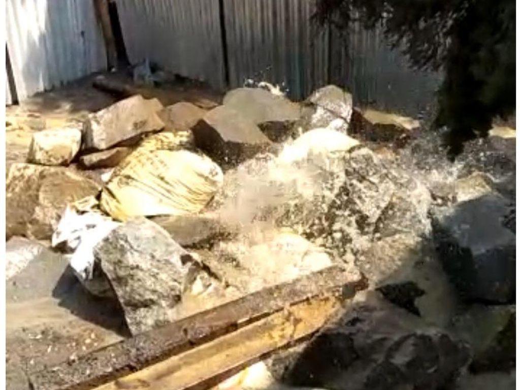 Lubang Semburan Air yang Dikira Lumpur di Bekasi Kini Ditutup Batu