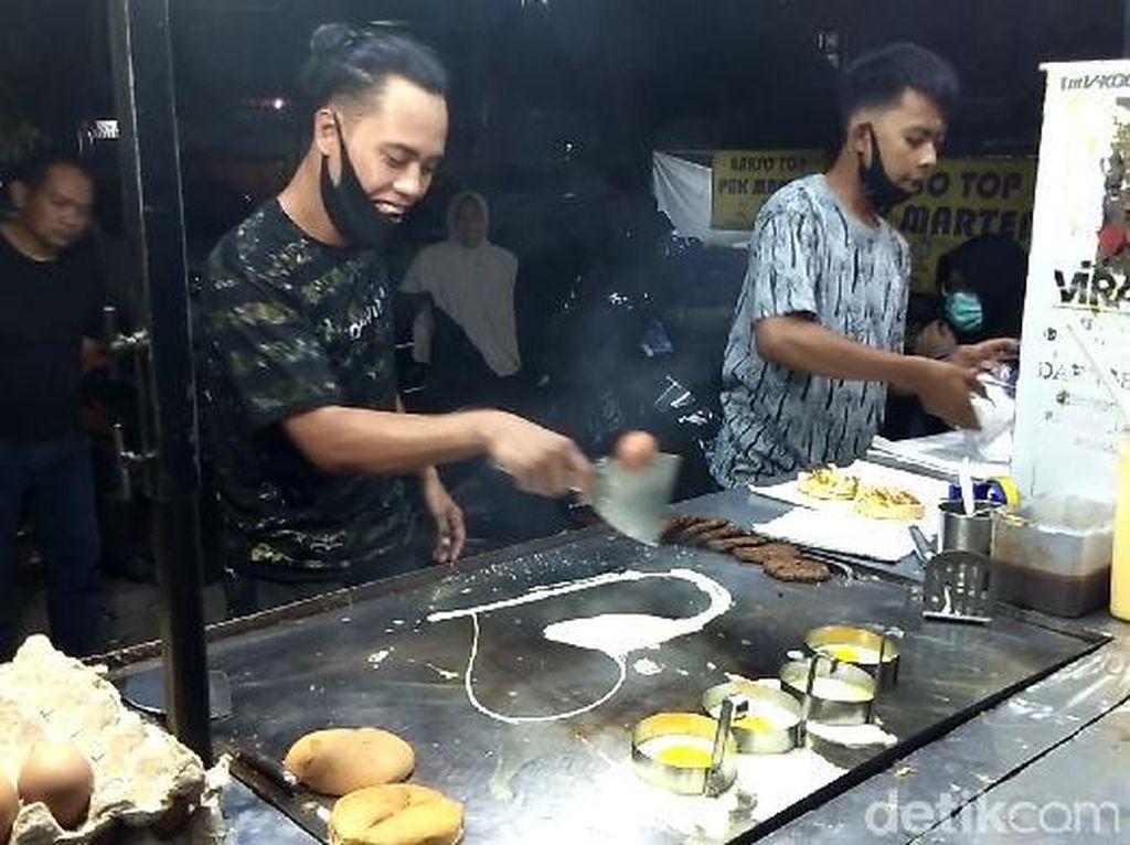 Jago Juggling Telur dan Pantun, Mas Burger di Makassar Banjir Pembeli