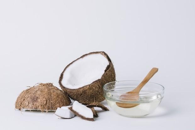 Minyak yang satu ini juga ampuh untuk mengatasi kulit kering, eksim, dan psoriasis. Sebab, minyak kelapa memiliki kemampuan untuk membantu mempertahankan kelembaban.