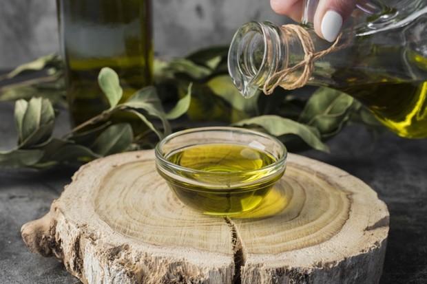 minyak zaitun dapat membantu melembabkan kulit serta merangsang sirkulasi darah.