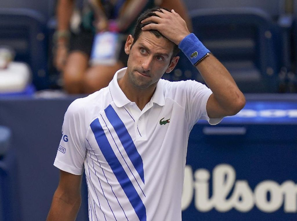 Momen Djokovic Pukul Hakim Garis Pakai Bola dan Didiskualifikasi