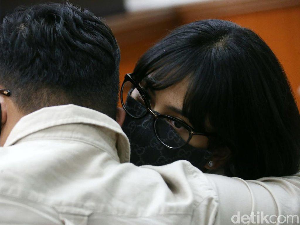 Kecewa Sidang Ditunda, Vanessa Angel Peluk Erat Suami