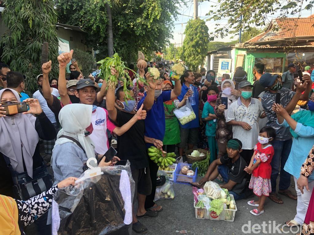 Tuntut Penertiban, Pedagang Pasar Kedurus Surabaya Blokir Sayuran di Tengah Jalan